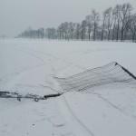 Zniszczone ogrodzenie stadionu.