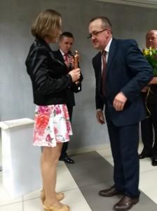 Iwona  Wdowiak z statuetka Olimpijczyka.